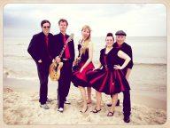 Die Band Velvet Cats am Strand